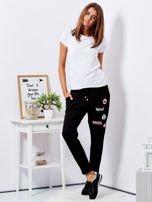 Czarne spodnie dresowe z naszywkami                                  zdj.                                  4