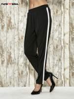 Czarne spodnie materiałowe z białym lampasem                                  zdj.                                  1