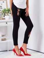 Czarne spodnie skinny z naszywkami                                  zdj.                                  5