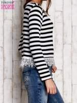 Czarno-biała bluzka w paski z koronką                                  zdj.                                  3