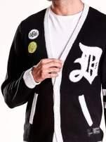 Czarny sweter męski na guziki z naszywkami
