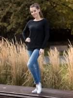 Czarny sweter z dłuższym tyłem i rozporkami po bokach