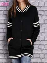 Czarny sweter z kieszeniami zapinany na zatrzaski                                   zdj.                                  1