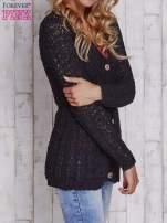 Czarny sweter zapinany na guziki