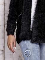 Czarny sweter ze złotymi suwakami