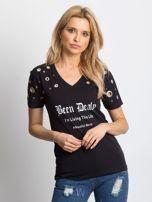 Czarny t-shirt z ażurowymi kółeczkami i napisem                                  zdj.                                  1