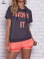 Czarny t-shirt z kapturem i napisem WORK IT