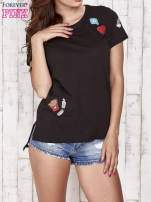 Czarny t-shirt z kolorowymi naszywkami