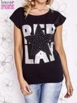 Czarny t-shirt z motywem gwiazdy i dżetami