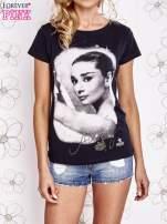 Czarny t-shirt z nadrukiem Audrey Hepburn                                  zdj.                                  1