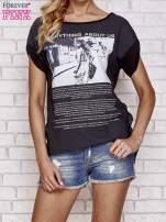 Czarny t-shirt z napisem EVERYTHING ABOUT US i siateczkowym tyłem                                  zdj.                                  1