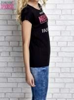 Czarny t-shirt z napisem FASHION DISTRICT z dżetami                                  zdj.                                  4