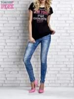 Czarny t-shirt z napisem FASHION DISTRICT z dżetami                                  zdj.                                  7