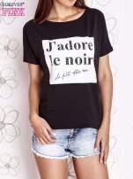 Czarny t-shirt z napisem J'ADORE LE NOIR                                  zdj.                                  1