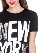 Czarny t-shirt z napisem NEW YORK z cekinami                                  zdj.                                  5