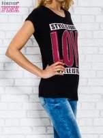 Czarny t-shirt z napisem STYLE IS FOREVER LOVE z dżetami                                  zdj.                                  3