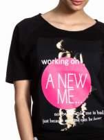 Czarny t-shirt z napisem WORKING ON A NEW ME                                  zdj.                                  4