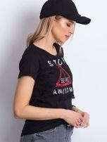 Czarny t-shirt z napisem i koronkową warstwą                                  zdj.                                  3