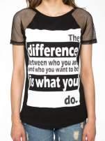 Czarny t-shirt z napisem i siateczkowymi rękawami                                  zdj.                                  7