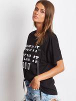 Czarny t-shirt z napisem i wstążką                                  zdj.                                  3