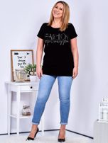 Czarny t-shirt z napisem z dżetów PLUS SIZE                                  zdj.                                  4