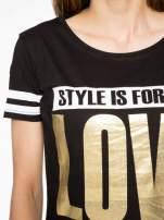 Czarny t-shirt ze złotym napisem LOVE                                  zdj.                                  5