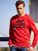 Czerwona bluza męska z tekstowymi naszywkami                                  zdj.                                  1