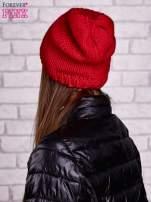 Czerwona czapka z warkoczowym splotem                                                                          zdj.                                                                         2