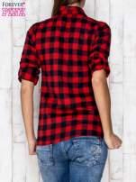 Czerwona koszula w kratę z podwijanymi rękawami                                  zdj.                                  2
