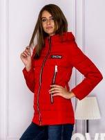 Czerwona kurtka przejściowa z błyszczącymi suwakami                                  zdj.                                  5