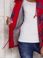 Czerwona kurtka w geometryczne wzory                                  zdj.                                  7