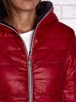 Czerwona ocieplana kurtka z kontrastowym wykończeniem kaptura                                  zdj.                                  8