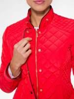 Czerwona pikowana kurtka ze skórzaną lamówką                                  zdj.                                  12