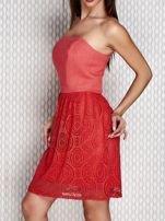 Czerwona sukienka koktajlowa z ażurowym dołem                                  zdj.                                  3