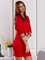 Czerwona sukienka koktajlowa z biżuteryjnymi wstawkami                                  zdj.                                  5