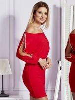 Czerwona sukienka z biżuteryjnymi wstawkami i wycięciami                                   zdj.                                  3