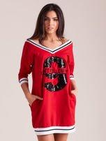Czerwona sukienka z cekinową cyfrą                                   zdj.                                  1