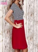 Czerwona sukienka z marszczonym dekoltem w paski                                                                          zdj.                                                                         3