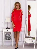 Czerwona sukienka z wycięciami na ramionach                                  zdj.                                  4