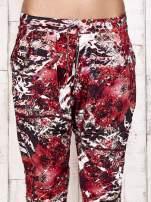 Czerwone lejące spodnie z graficznym nadrukiem                                  zdj.                                  5
