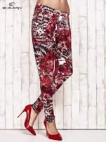 Czerwone lejące spodnie z graficznym nadrukiem