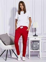 Czerwone spodnie dresowe z kolorowymi lampasami                                  zdj.                                  4