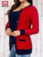 Czerwony sweter z kolorowym wykończeniem