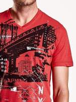Czerwony t-shirt męski z miejskim nadrukiem                                  zdj.                                  5