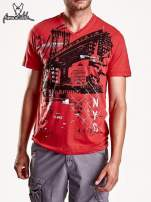 Czerwony t-shirt męski z miejskim nadrukiem                                  zdj.                                  1