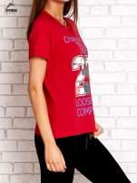 Czerwony t-shirt z kwiatowym numerem 25                                                                          zdj.                                                                         3