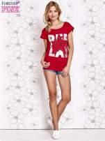 Czerwony t-shirt z motywem gwiazdy i dżetami