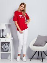 Czerwony t-shirt z napisem i kółeczkami na rękawach                                  zdj.                                  4