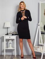 Dopasowana sukienka z chokerem i wiązaniem czarna                                  zdj.                                  4