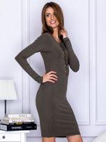 Dopasowana sukienka z wiązanym dekoltem khaki                                  zdj.                                  5
